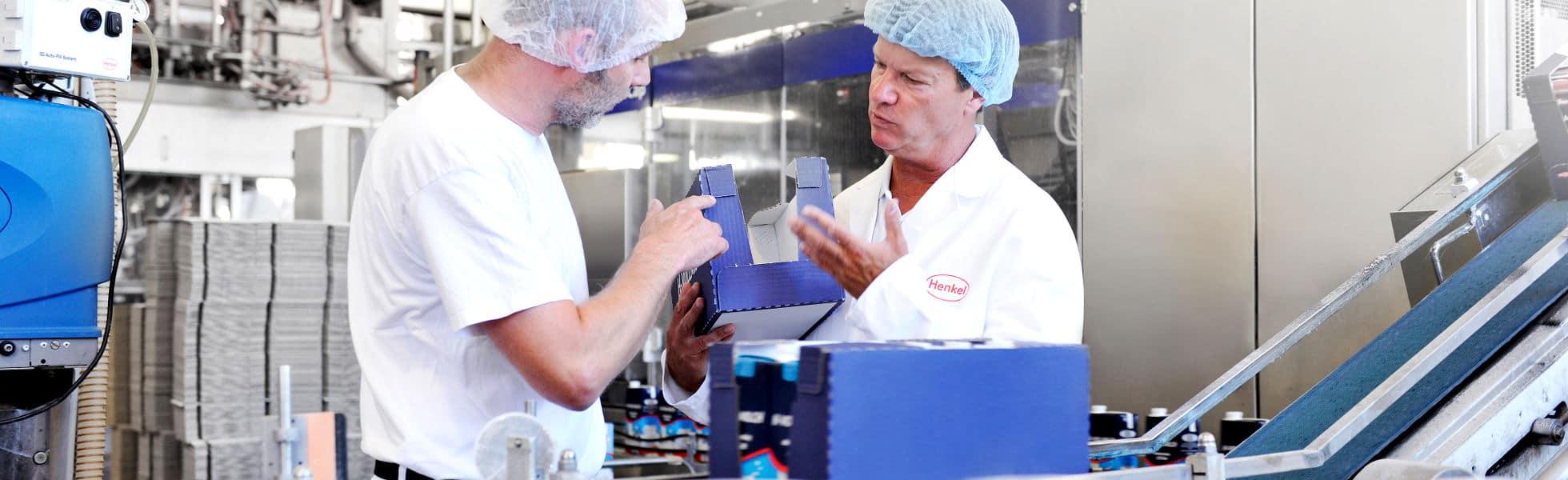 Tecnici Henkel controllano le perfomance degli adesivi