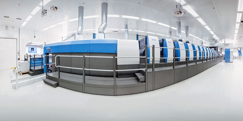 Foto fisheye di una macchina da stampa Koenig & Bauer