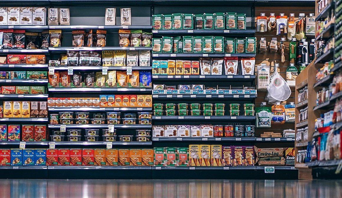 Packaging alimentare all'interno di un supermercato
