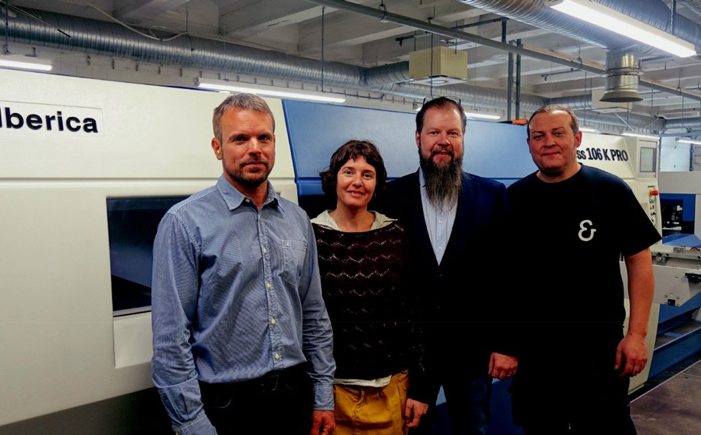 Da SX a DX: Fredric Tidström (CEO Orapac), Amanda Ràmia (Marketing & Comunicazioni Koenig & Bauer Iberica), Jan Vesterberg (Tecnico Commerciale Convertec) e David Liginfer (Istruttore Service Koenig & Bauer Iberica)