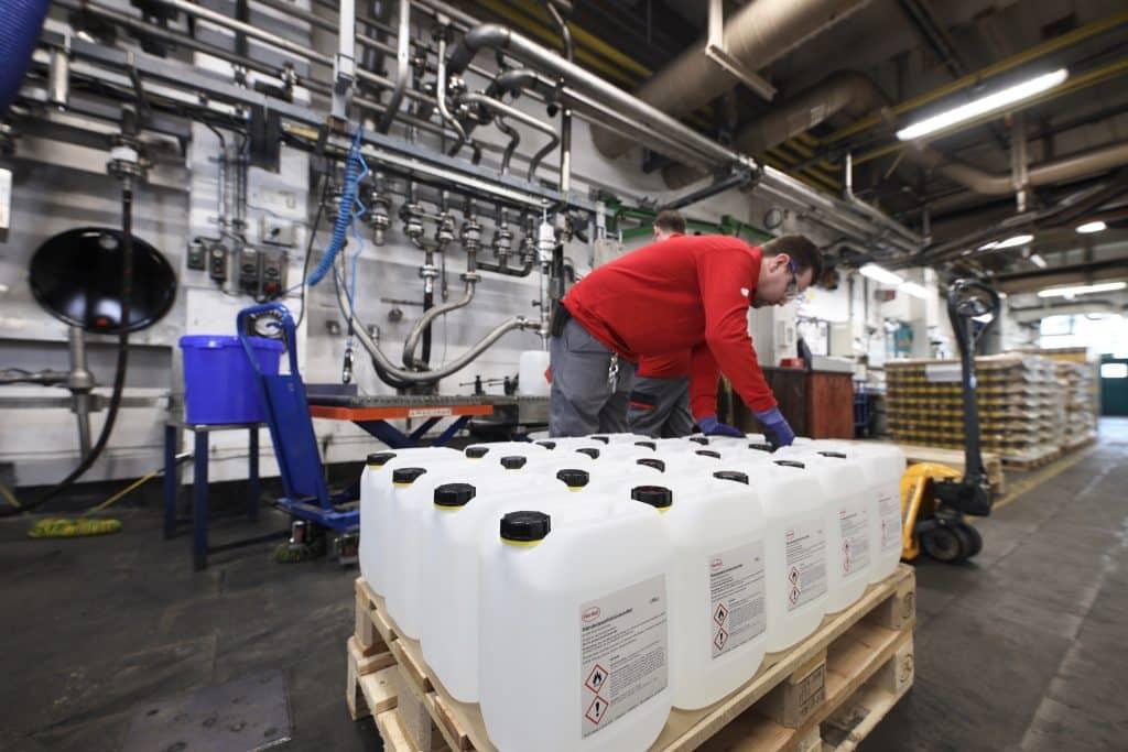 Disinfettante prodotto da Henkel pronto per essere spedito