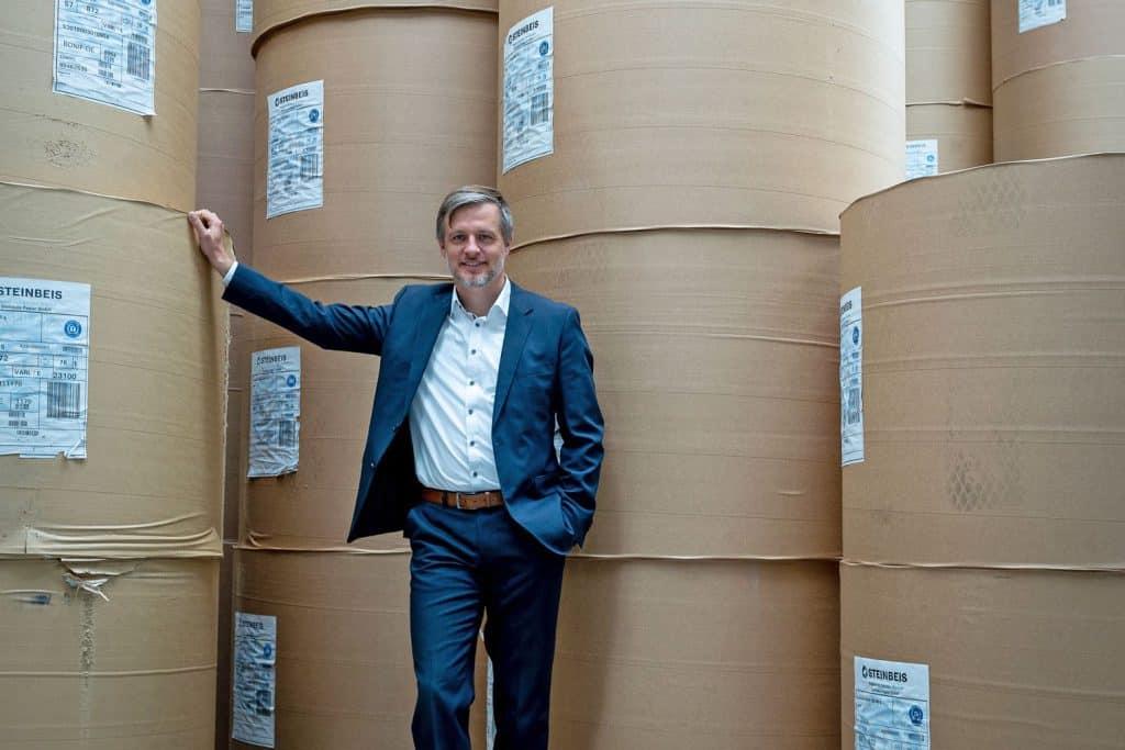 Tobias Siepelmeyer nel magazzino della carta