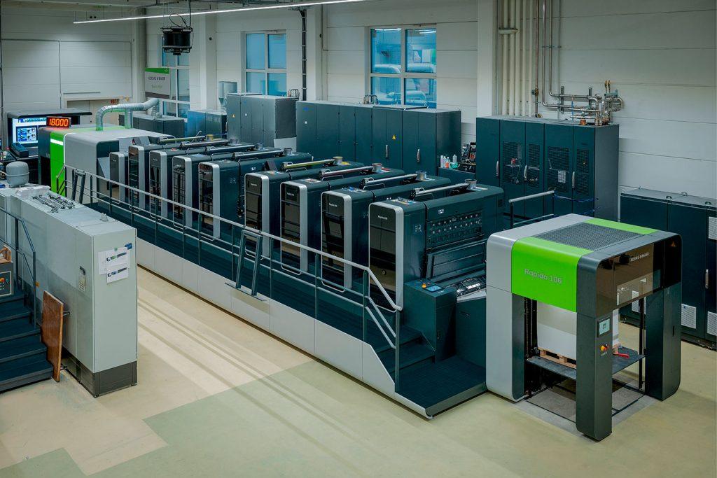 La Rapida 106 X attira l'attenzione nella sala stampa del gruppo ARNOLD. Fornisce una produzione offset ecologica a 4 colori in bianca e volta, con rivestimento in linea aggiuntivo a velocità fino a 18.000 fogli / h
