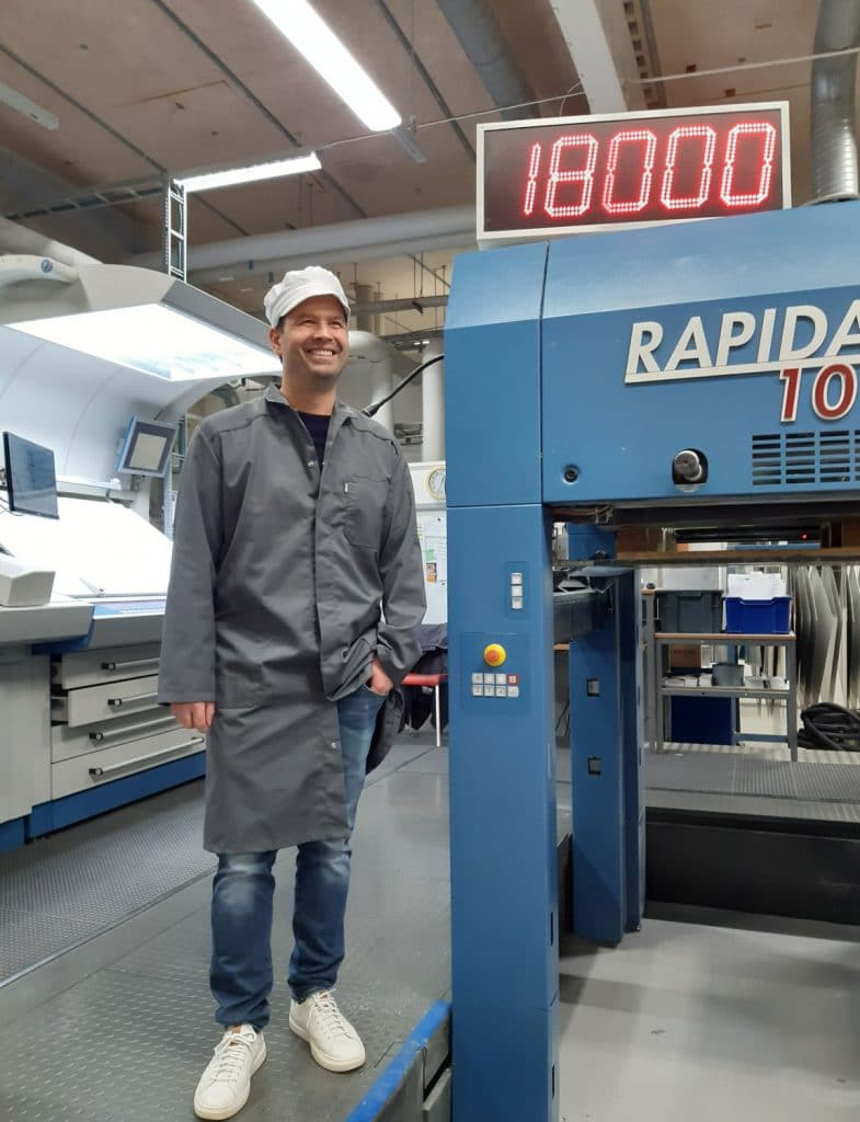 """Pierre Åkesson, COO di Eson Pac, con una delle attuali macchine da stampa Rapida 106 dell'azienda: """"Installando questa nuova macchina da stampa a sette colori, aumenteremo in modo significativo la nostra flessibilità e capacità di stampa""""."""