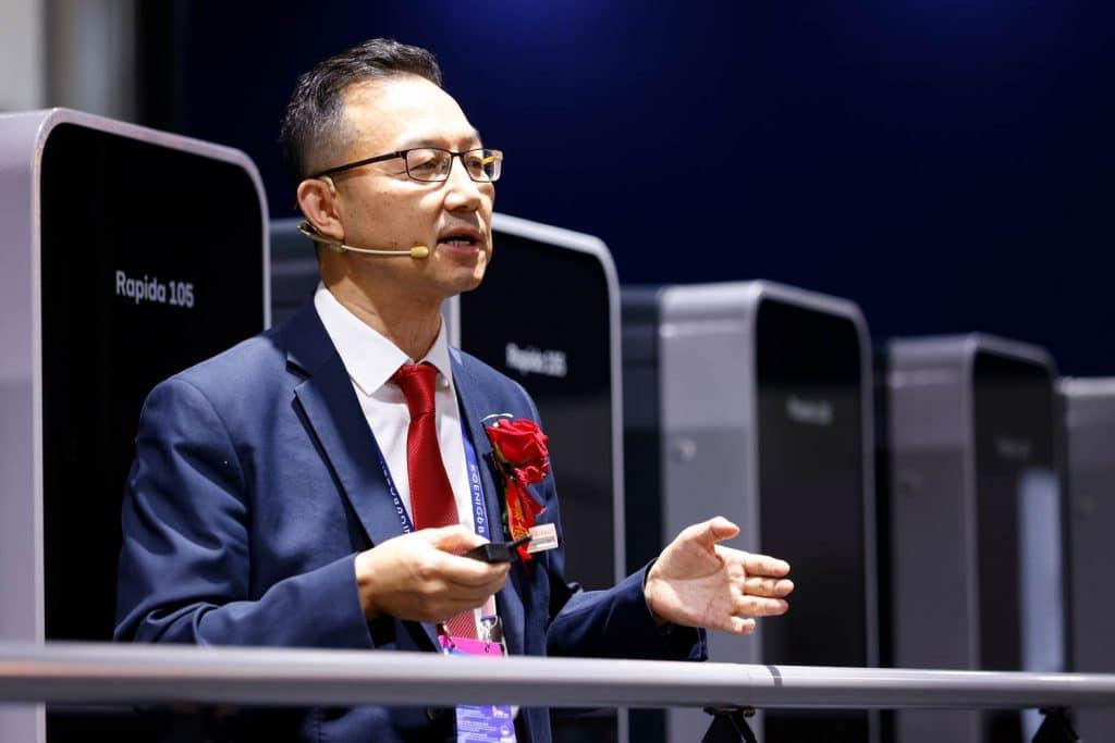 Lianbiao Wang, direttore generale delle vendite di Koenig & Bauer China, ha presentato in anteprima la nuova macchina da stampa