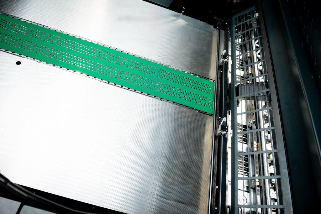 Tavola mettifoglio della Rapida 105 con nastro aspiratore centrale